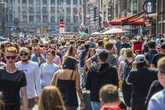 Muchedumbre enorme de gente en la calle de Damrak en Amsterdam Fotos de archivo