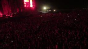 Muchedumbre enorme del aire abierto de fans en la estrella del rock del concierto metrajes