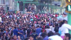 Muchedumbre enorme que camina en la calle durante la celebración del día de los muertos metrajes
