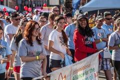 Muchedumbre entusiasta en AIDSwalk Imagenes de archivo