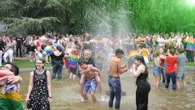 Muchedumbre gay del lapso de tiempo LGBT en el orgullo que celebra la fuente de baile metrajes