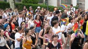 Muchedumbre gay feliz de LGBT en el baile anual del orgullo sobre la visión metrajes