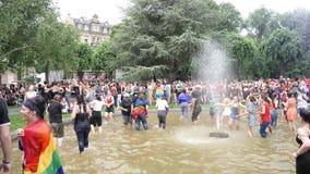 Muchedumbre gay feliz de LGBT en el orgullo anual que celebra el baile almacen de metraje de vídeo