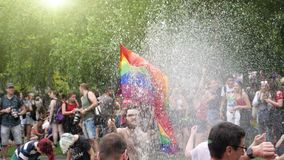 Muchedumbre gay feliz de LGBT en el orgullo anual que celebra el baile metrajes