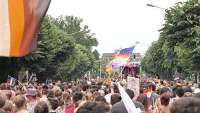 Muchedumbre gay feliz de LGBT en el orgullo anual que celebra el baile almacen de video