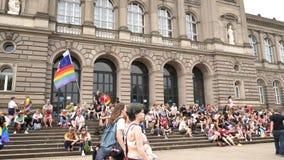 Muchedumbre gay feliz de LGBT en el orgullo anual que celebra el frente de la universidad metrajes