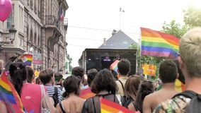 Muchedumbre gay feliz de LGBT en el orgullo anual que celebra la bandera que agita del baile almacen de metraje de vídeo