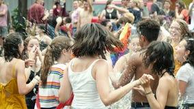 Muchedumbre gay feliz de LGBT en el orgullo anual que celebra la cámara lenta de baile almacen de metraje de vídeo