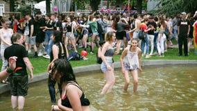 Muchedumbre gay feliz de LGBT en el orgullo anual que celebra la cámara lenta de baile metrajes