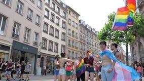 Muchedumbre gay feliz de LGBT en el orgullo anual que celebra la calle central de baile almacen de video