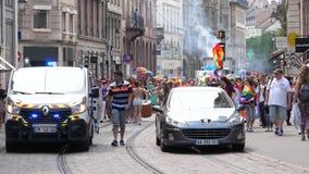 Muchedumbre gay feliz de LGBT en el orgullo anual que celebra la calle central metrajes