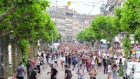 Muchedumbre gay feliz de LGBT en el orgullo anual que celebra la visión elevada metrajes