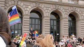 Muchedumbre gay feliz de LGBT en el orgullo anual que celebra en las escaleras de la universidad metrajes