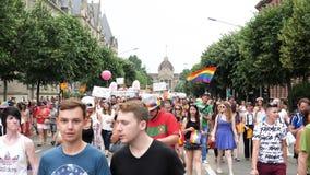Muchedumbre gay feliz de LGBT que marcha en el orgullo anual en avenida central almacen de metraje de vídeo