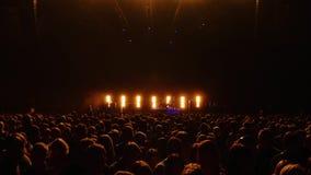 Muchedumbre grande antes de la etapa en un concierto vivo metrajes