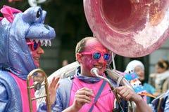Muchedumbre grande, bandas, música del guggen y máscaras coloridas en el desfile de apertura del carnaval 2017 de Rabadan Fotografía de archivo libre de regalías