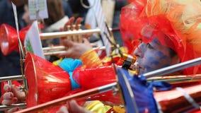 Muchedumbre grande, bandas, música del guggen y máscaras coloridas en el desfile de apertura del carnaval 2017 de Rabadan Foto de archivo