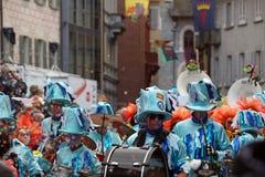 Muchedumbre grande, bandas, música del guggen y máscaras coloridas en el desfile de apertura del carnaval 2017 de Rabadan Imagen de archivo libre de regalías