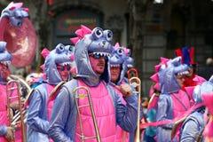 Muchedumbre grande, bandas, música del guggen y máscaras coloridas en el desfile de apertura del carnaval 2017 de Rabadan Fotos de archivo libres de regalías