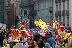 Muchedumbre grande, bandas, música del guggen y máscaras coloridas en el desfile de apertura del carnaval 2017 de Rabadan Foto de archivo libre de regalías
