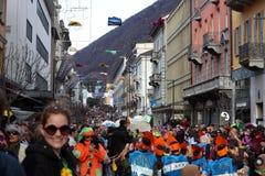 Muchedumbre grande, bandas, música del guggen y máscaras coloridas en el desfile de apertura del carnaval 2017 de Rabadan Imagen de archivo