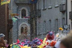 Muchedumbre grande, bandas, música del guggen y máscaras coloridas en el desfile de apertura del carnaval 2017 de Rabadan Fotos de archivo