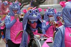 Muchedumbre grande, bandas, música del guggen y máscaras coloridas en el desfile de apertura del carnaval 2017 de Rabadan Fotografía de archivo