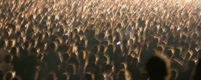 Muchedumbre grande con el movimiento de los brazos Imagen de archivo libre de regalías