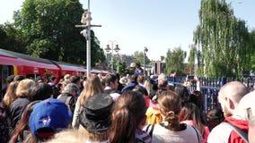 Muchedumbre grande de gente que camina de la estación de tren a Windsor Castle central metrajes