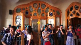 Muchedumbre grande de turistas dentro de la casa Batllo almacen de video