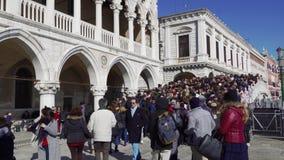 Muchedumbre grande de Venecia, Italia en un puente de Venecia durante celebraciones del carnaval