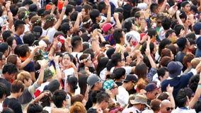 Muchedumbre grande en el festival de música electrónica - Tokio Japón almacen de video