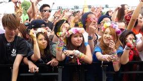 Muchedumbre grande en el festival de música electrónica - Tokio Japón almacen de metraje de vídeo