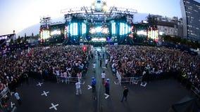 Muchedumbre grande en el festival de música electrónica Tokio Japón