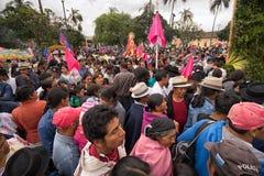 Muchedumbre indígena del kechwa en la procesión de Pascua en Ecuador Imágenes de archivo libres de regalías