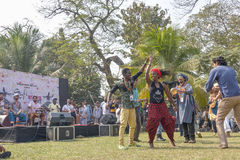 Muchedumbre joven de diversas culturas, bailando en el festival de Sufi Sutra Foto de archivo libre de regalías