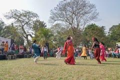 Muchedumbre joven de diversas culturas, bailando en el festival de Sufi Sutra Imagen de archivo