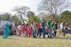 Muchedumbre joven de diversas culturas, bailando en el festival de Sufi Sutra Fotos de archivo libres de regalías