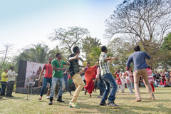 Muchedumbre joven de diversas culturas, bailando en el festival de Sufi Sutra Foto de archivo