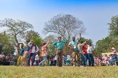 Muchedumbre joven de diversas culturas, bailando en el festival de Sufi Sutra Imagen de archivo libre de regalías