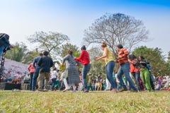 Muchedumbre joven de diversas culturas, bailando en el festival de Sufi Sutra Imagenes de archivo