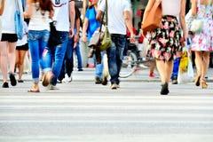 Muchedumbre joven en el paso de cebra Fotos de archivo
