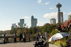 Muchedumbre a lo largo del camino de Niagara Falls Foto de archivo libre de regalías