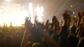 Muchedumbre móvil del concierto metrajes