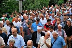 MUCHEDUMBRE: Musulmanes en fila en el camino/la calle Foto de archivo