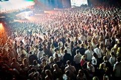 Muchedumbre que anima en el perfomance de David Guetta Imagen de archivo