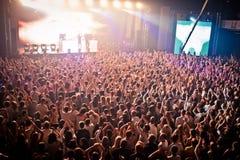 Muchedumbre que anima en el perfomance de David Guetta Imagen de archivo libre de regalías