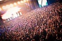 Muchedumbre que anima en el perfomance de David Guetta Fotografía de archivo