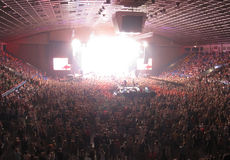 Muchedumbre que anima en una sala de conciertos fotos de archivo libres de regalías