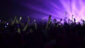 Muchedumbre que anima que va de fiesta en un concierto de rock almacen de video